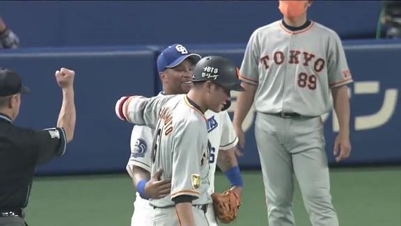 中日・ビシエドと巨人・坂本勇人、抱き合う