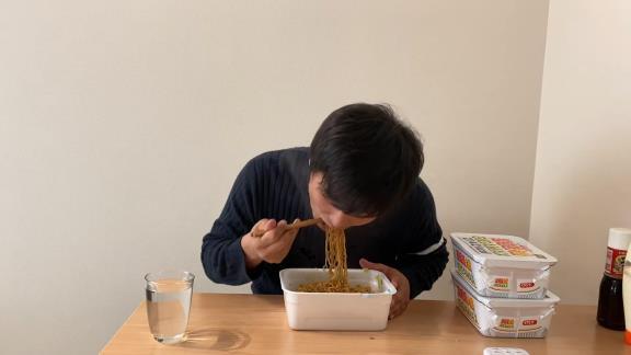 YouTuber・高橋聡文さん、ペヤングの大食いに挑戦する【動画】