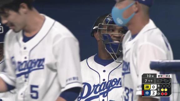 中日・ビシエド、キャッチャーマスクをかぶる【動画】