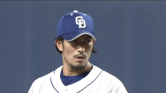 バースデー登板の中日・又吉克樹投手、祖父江大輔投手からウイニングボールを貰う