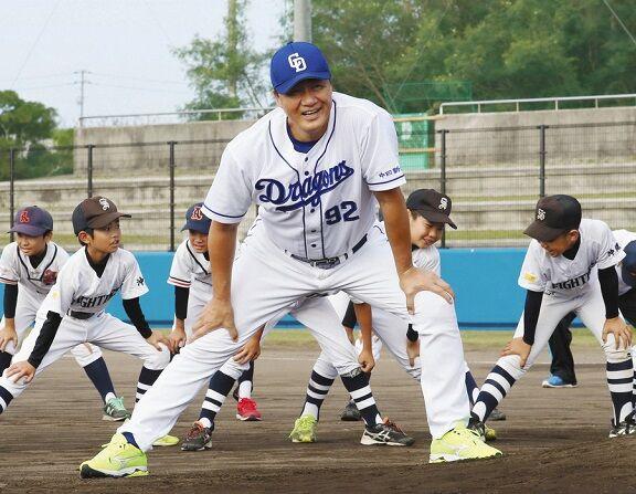 中日・与田監督が沖縄で野球教室 「キャンプ地でないところで」と130人の子どもに指導