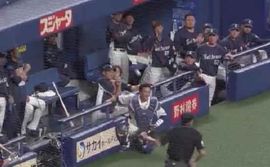 【前半戦珍プレー】打球がベンチで跳ねて松井雅人捕手の頭に…