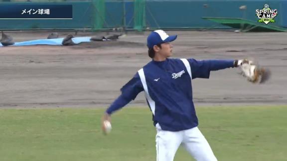 中日・浅尾拓也コーチ、ジャリエル・ロドリゲス投手のキャッチボール相手を務める【動画】