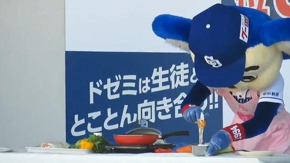 中日・ドアラ、料理に挑戦する 華麗な包丁さばきを披露!【動画】