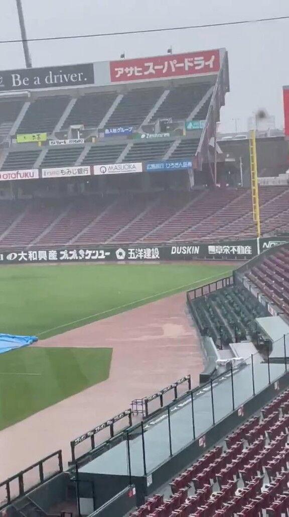 マツダスタジアム、激しい雨が降り始める…