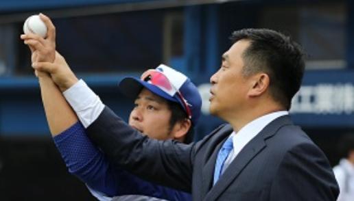 34から34へ 中日・福敬登、山本昌さんから変化球の握りを教わる