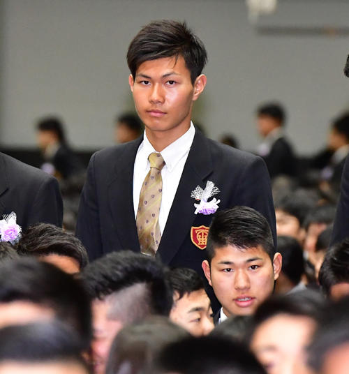 大阪桐蔭の卒業式に出席する藤原