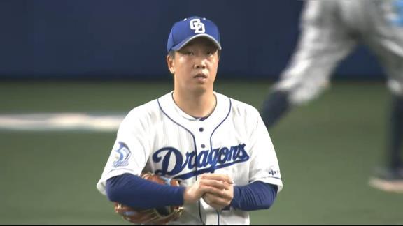 中日・柳裕也投手、代打を送られた後もベンチでヘルメットを被り続ける