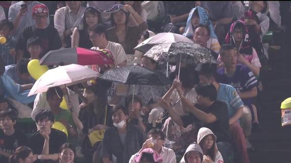 【珍光景】ヤフオクドームに雨が降る 傘をさす観客も