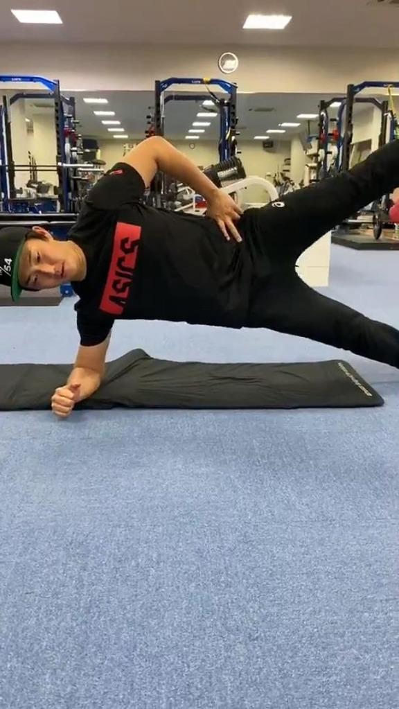 中日・藤嶋健人投手は簡単そうにやっているけど…かなりキツい体幹トレーニングを紹介!【動画】