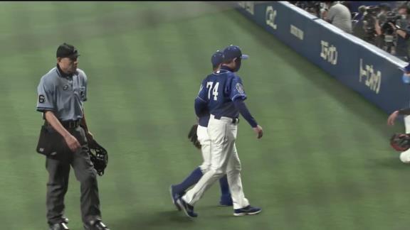 中日・谷元圭介投手、トレーナーと共にグラウンドに姿を現す