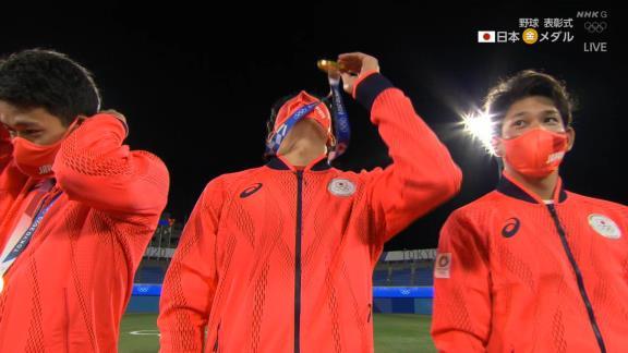 中日・大野雄大投手、金メダルを空に向かって掲げる