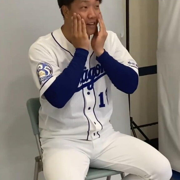 中日・柳裕也投手、真顔写真を撮るのに苦戦する【動画】