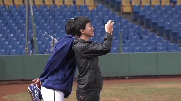 中日・根尾昂選手のアジアウインターリーグ未公開映像が公開! 写真撮影するチームメイト達を変顔で笑顔に?【動画】