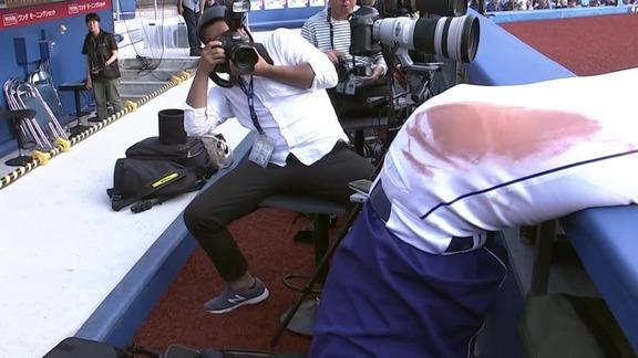 中日・高橋周平、カメラマン席に落ちる瞬間を激写される