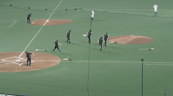 グラウンド整備していた人達が突然踊りだす…!? ナゴヤドーム『中日-巨人戦』でフラッシュモブ【動画】