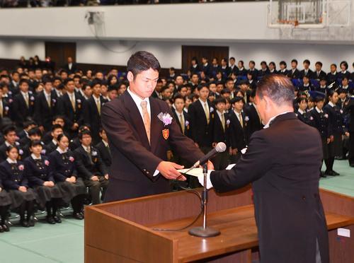 生徒を代表して今田悟校長から卒業証書を受け取る大阪桐蔭・根尾昂