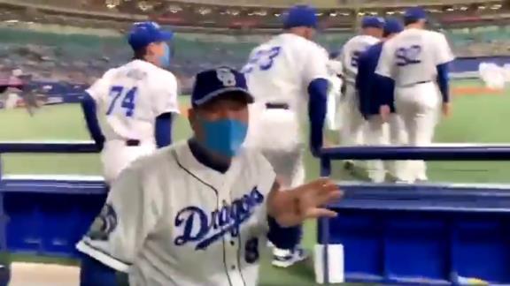 中日・伊東勤ヘッドコーチ、おちゃめすぎる姿を見せる【動画】