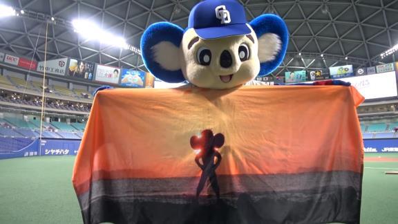 中日・ドアラ、ロッテ公式YouTubeチャンネルに登場! 無人のライトスタンドで自由すぎる!?【動画】