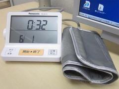 診察室には時計代わりの血圧計(^^)