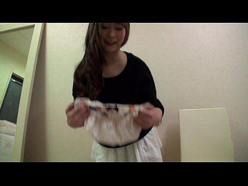 まんこを擦り付けまくった脱ぎたてパンツを真空パックでプレゼントする白石茉莉奈さん(えろムービー)