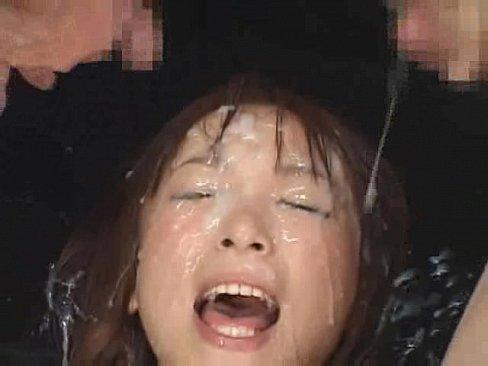 浴びまくって大喜びな精子大好き変態ギャル 【エロ動画】
