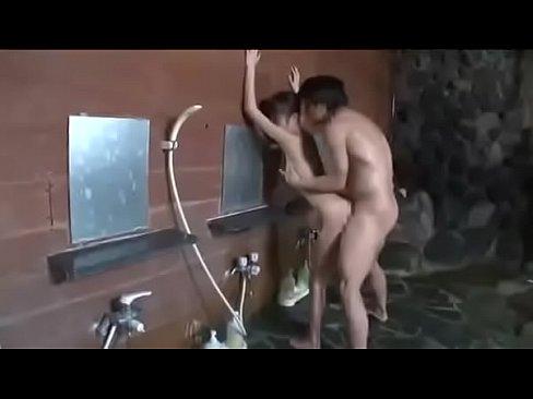 混浴温泉で彼氏にバレないようにセックス 【エロ動画】