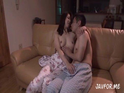 親友のムスコのムスコを頬張るイケナイ人妻がここに part1 (えろムービー)