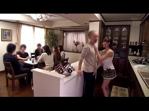 黒髪淫乱ボディの美咲結衣、台所の片隅で男のチンポをヌッキヌキ!【エロ動画】