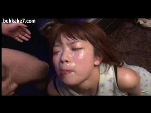 顔中精子まみれにされても従順な10代小娘 (えろムービー)
