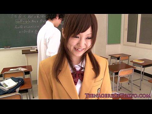 激カワ制服JKが教室でおしゃぶりw 【エロ動画】