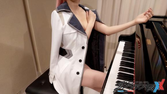 【画像】YouTubeのコスプレピアノさん、ほぼ裸wwwwwwwww
