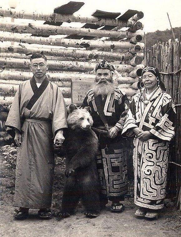 【悲報】アイヌ人さん、ヒグマを普通にペットとして飼い慣らしてしまうwwwwww