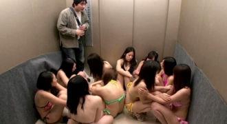 アイドルたちと一緒にTV局のエレベーターに閉じこめられてしまったADが狂って全員レ○プ!