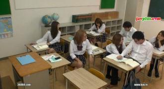 授業中居眠りをした男子生徒が無意識に勃起したチ○コを女生徒にイジられ射精!