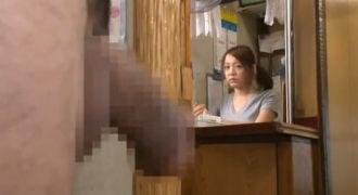 銭湯の番台に座る女が男性客のチ○コに発情!