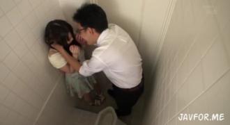 アンバランスなロリフェイスにスレンダー巨乳娘をバスで痴漢してトイレに連れ込んでイマラチオ