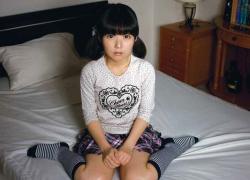 黒髪ちびっ娘の完全無毛な小さなアソコにチンコをねじ込み白いおしっこ注入・・・。