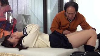 【マジックミラー号】再婚した新しいパパと娘が1発10万円の中出しセックス!