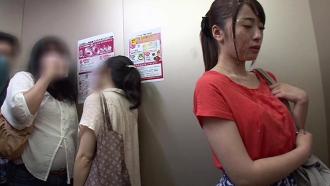 精子だらけのぶっかけフェイスで連れ回されハメられる初美沙希さん!