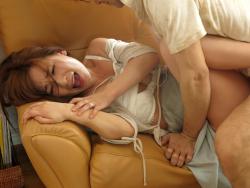逃走中の連続婦女暴行魔に中出しレイプされた美人妻