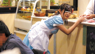 「お待たせしました…カ、、アイスカフェラテでああああん!」高額報酬に釣られた素人娘がリモバイ付けて極限羞恥アルバイト