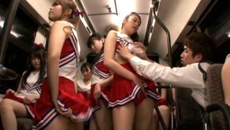 バスに乗ったらチアガールだらけ!全方位からくるチアアタックに理性崩壊!