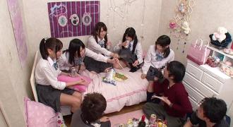親の留守中に大学生を連れ込んで乱交する女子高生達
