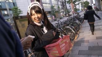街でビラを配るメイドをナンパしてハメ撮り中出し!