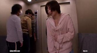 「何か臭くねえ?」止まってしまったエレベーターの中でおしっこを漏らしてしまった美少女をよってたかってハメる男たち!