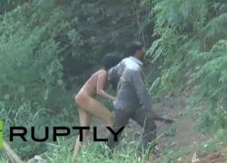 【 衝 撃 映 像 】素っ裸の女が刃物を持った男に川から引きずり上げられてる