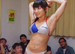 体育会系美少女が鋼のマッスルボディーで男達にご奉仕!
