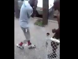 家の中でタバコを吸っていた息子をボコボコにする父親【動画】