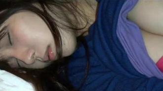酔って眠った美巨乳女子大生、男友達にイタズラされる・・・